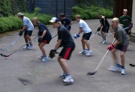 Jugendnationalspieler beim Training - (Eishockey, Stickhandling, Eishockeytechnik)
