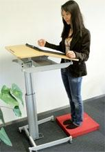 Steh-Sitzarbeitsplatz mit weichelastischer Unterlage - (Krafttraining, Sport, laufen)