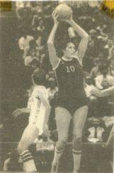 Außer Reichweite:  Uljana Semjonova haushoch überlegen - (Basketball, Basketballer, Basketballspieler Größe)