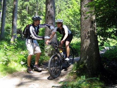 Hilfestellung durch einen Guide - (Mountainbike, Fahrrad Fahren, downhill)