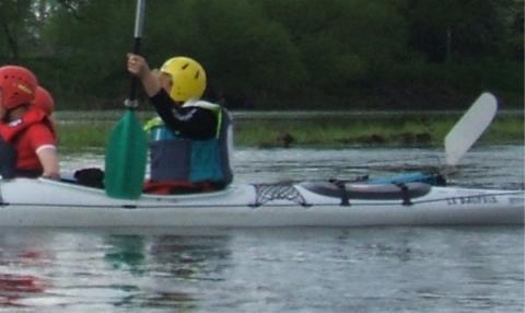Hier ist er auf der Elbe in der Lucke, nur derKopf schaut raus - (Tipps, Kajak, Kanu)