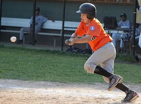 Basehit Bunt eines Jugendspielers - (Baseball)