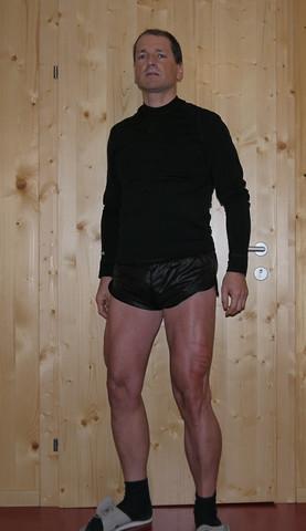 Beine mit was dran. Am Bauch ist leider auch was dran - (Muskeln, Schuhe, Oberschenkel)